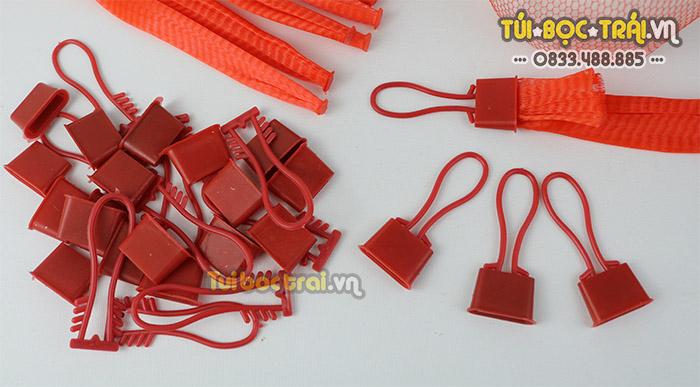Móc khóa nhựa đỏ dễ dàng tháo lắp khi sử dụng