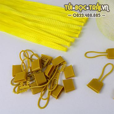 Móc khóa nhựa vàng dùng với túi lưới (1 kg)