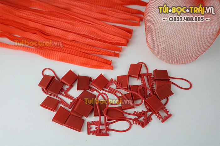 Túi lưới đóng hoa quả kèm móc khóa dài 35 cm màu đỏ