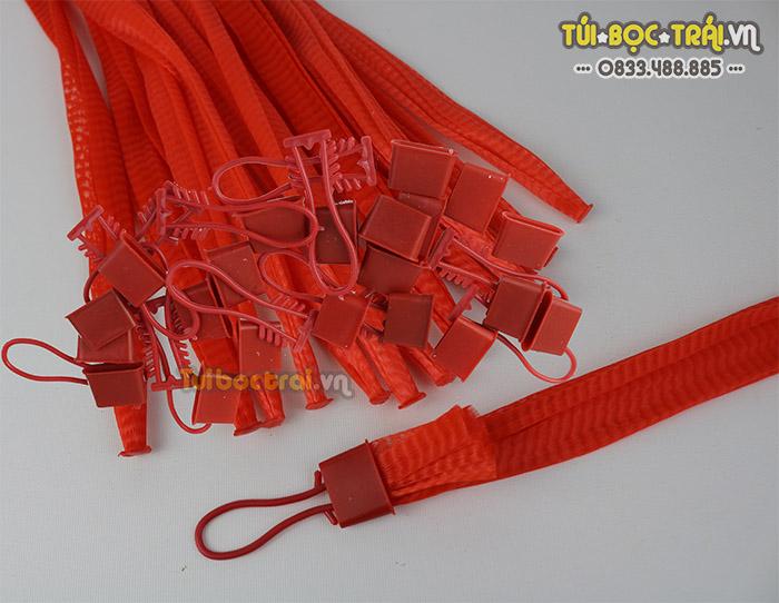 Túi lưới nhựa đựng hoa quả kèm móc khóa màu đỏ dài 35 cm