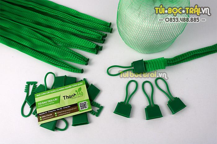 Túi lưới đựng nông sản kèm móc khóa màu xanh dài 35 cm