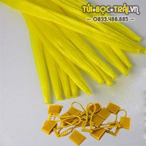 Túi lưới nhựa màu vàng dài 35 cm kèm khóa rút (1 kg)