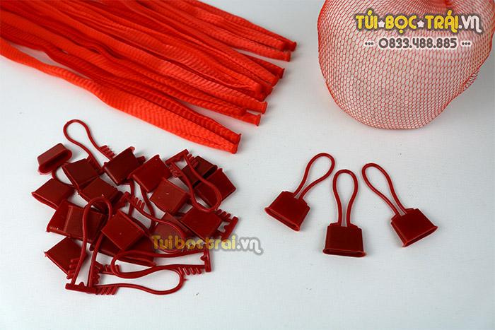 Túi lưới nhựa 25 cm kèm móc khóa màu đỏ