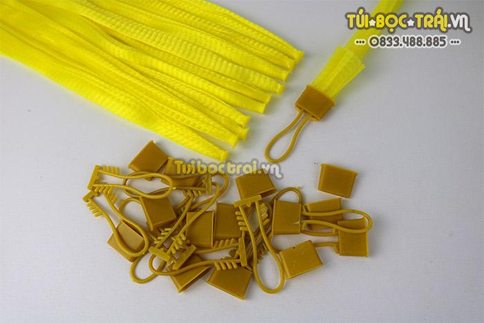 Túi lưới nhựa đựng hoa quả có khóa rút màu vàng dài 25 cm