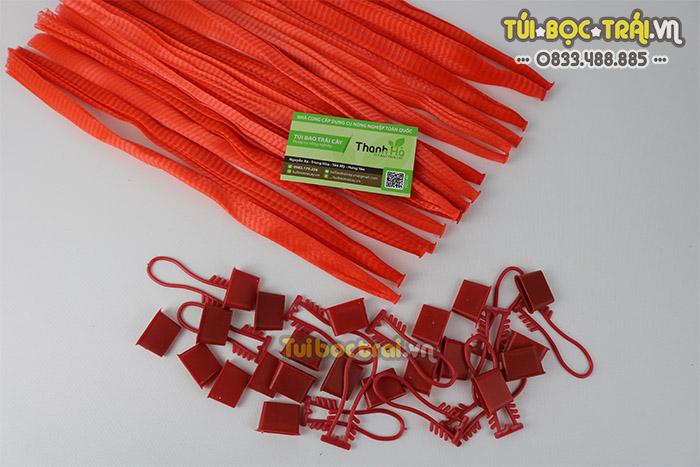Túi lưới nhựa đựng hoa quả kích thước 25 cm màu đỏ kèm móc khóa