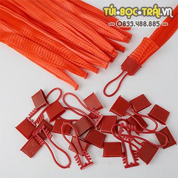Túi lưới nhựa dài 40 cm kèm móc khóa màu đỏ (1 kg)