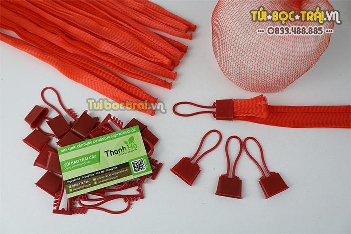 Túi lưới nhựa kèm móc khóa đựng đồ màu đỏ dài 25 cm