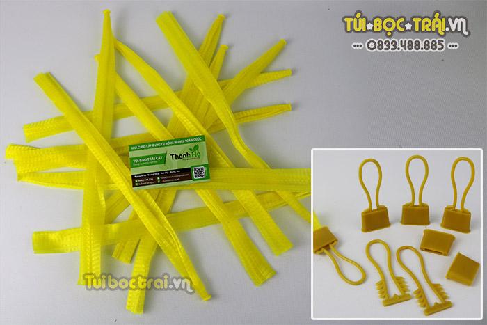 Túi lưới nhựa kèm móc khóa màu vàng dài 40 cm