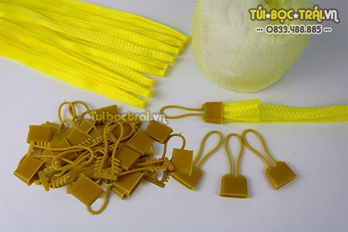 Túi lưới nhựa màu vàng kèm khóa rút dài 35 cm