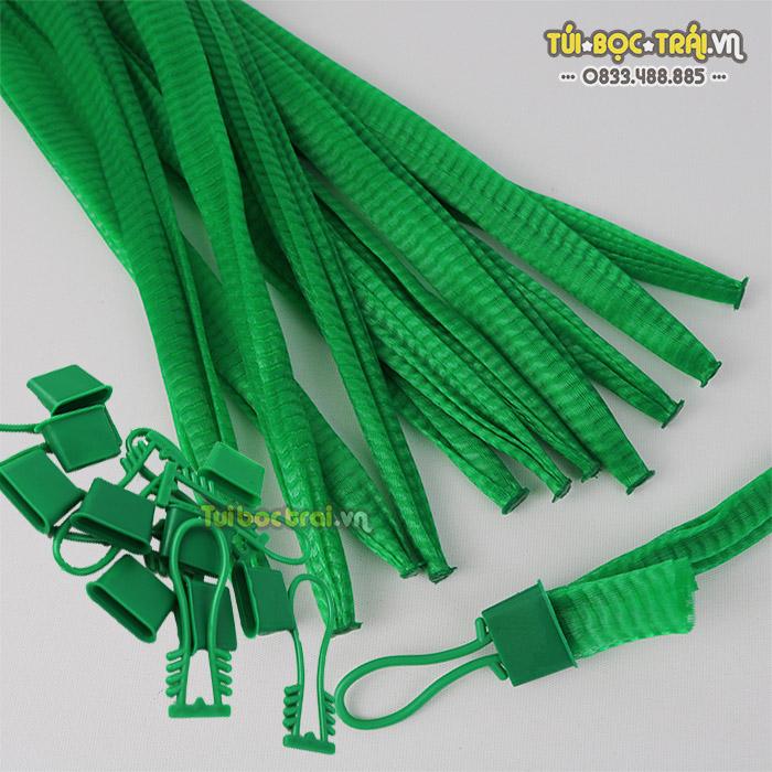 Túi lưới nhựa màu xanh kích thước 40 cm kèm móc khóa