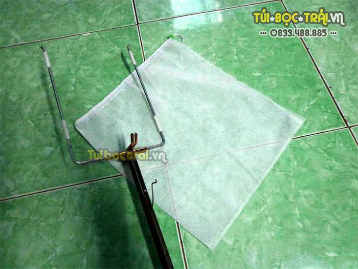Dụng cụ bao trái trên cao dùng với túi vải dây rút